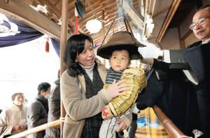 もぐさをたいた護摩炉をかぶり、無病息災を祈願する親子連れ=鯖江市の天台宗中道院で