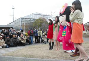 参加者の求めに応じてポーズを取る中日フォトメイツら=知多市佐布里台の佐布里緑と花のふれあい公園で