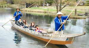 木曽川水園をゆったりと巡る木舟=各務原市川島笠田町の河川環境楽園で