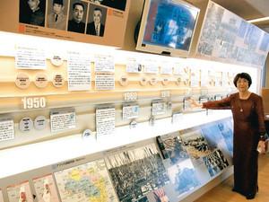 リニューアルした展示を説明する野間美喜子館長=名古屋市名東区の「ピースあいち」で