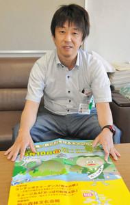 ポスターを前に思いを語る仲井さん=浜松市役所で