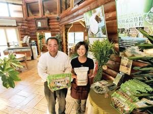 竹の魅力を発信する野呂和敏社長(左)と従業員=大台町下真手で