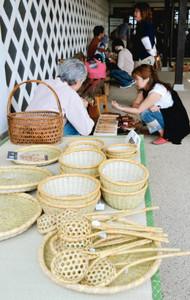味わい深い民芸品が並ぶ展示・販売会=松本市里山辺の松本民芸館で