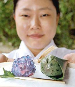 氷見産の稲積梅を使った「あじさい」(左)など6月1日の和菓子=高岡市古城で