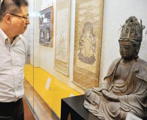 竹生島以外で初公開される宝冠釈迦如来座像=長浜市の高月観音の里歴史民俗資料館で