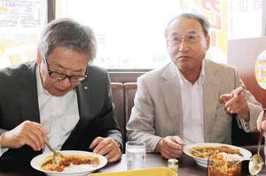 シカコロオチャメカレーを試食して納得の表情を浮かべる中村町長(右)と、石垣副知事=伊勢市のCoCo壱番屋伊勢南勢バイパス店で