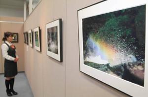 水しぶきと虹を撮影した写真(右)。南完治さんの「初夏の渓谷」の1枚=敦賀市本町2丁目で