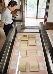 展示している小説を紹介する伊藤館長=白山市呉竹文庫で