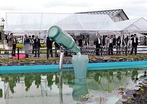 ユニークな瓶の形のししおどしなどがある公園=砺波市東保で(北陸コカ・コーラボトリング提供)