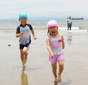 海開き初日、早速水遊びを楽しむ子どもたち=美浜町小野浦の小野浦海水浴場で