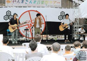 軽快な演奏で来場者を楽しませる「4-P」=長浜市の曳山博物館前で