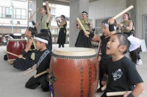 浜開きを元気いっぱいの太鼓演奏で盛り上げる「こころ会」のメンバー=南知多町の内海海水浴場で