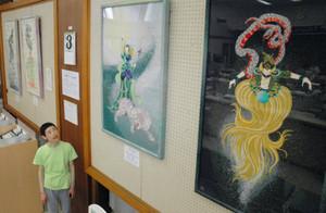 細密な色合いの変化で幻想的に仕上げた四神の作品とにしぼりさん=長浜市の大垣共立銀行長浜支店で