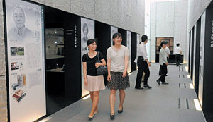 富山ゆかりの10人の作家をパネルで紹介したコーナー=県立高志の国文学館で