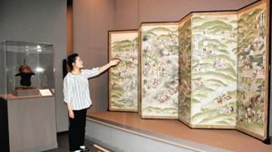 徳川美術館蔵の「長篠合戦図屏風」について説明する浦野学芸員=岡崎市美術博物館で