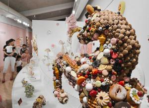 菓子のサンプルを飾り付けた作品がずらりと並ぶ「お菓子の美術館」=清須市の市はるひ美術館で