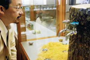 展示されている九谷焼でできた蛇口のハンドル=能美市九谷焼資料館で
