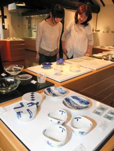 涼しげなガラスや青磁の器が並ぶ会場=瀬戸市新世紀工芸館で
