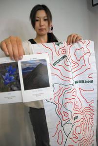 頂上小屋への登山ルートを示した手ぬぐい(右)と高山植物などを映したポストカード=高山市で