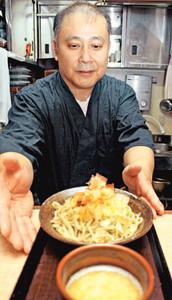 県庁食堂におろしそばを納めることになった永見雄二さん=福井市の本家あみだそば遊歩庵で