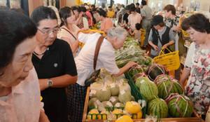 新鮮な野菜などを買い求める市民らでにぎわう会場=とれたて名張交流館で