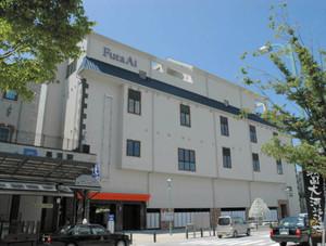 9月1日開業するJR長浜駅ビル。左端はJR長浜駅=長浜市北船町で