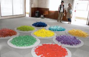 鮮やかなガラスを生かした立体作品=美濃加茂市太田町の旧大垣共立銀行美濃加茂支店で