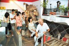 「おさすり おまたぎ」所で願い事をする参拝者たち=いずれも伊豆市市山の明徳寺で