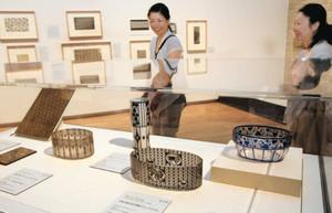 日本伝統の「型紙」や、その意匠に影響を受けたガラス工芸などの作品が並ぶ企画展=津市の県立美術館で