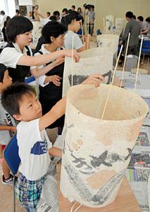 あんどんを作る参加者たち=加賀市山中温泉文化会館で
