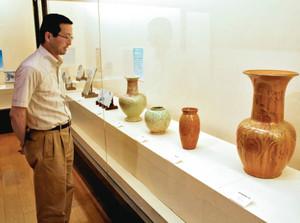 明治、大正期に瀬戸で作られたさまざまな陶磁器が並ぶ会場=瀬戸市の瀬戸蔵ミュージアムで