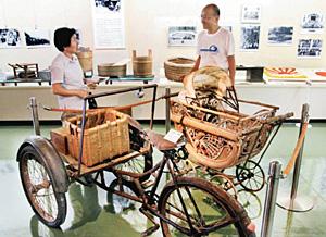 展示品から昭和の鶴来を振り返る来場者ら=白山市鶴来博物館で