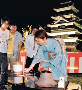 庭園内に設けられた茶席で茶道具を眺める市民ら=松本市の国宝松本城で