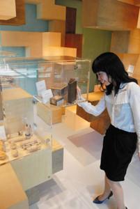 世界有数のパズルコレクションが並ぶ展示施設=能美市の北陸先端科学技術大学院大で