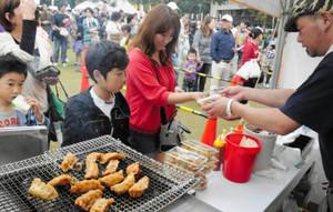 昨年10月に津市で開かれた全国餃子サミット後の販売会。これが縁で、津まつりにご当地ギョーザが集結する=津市のお城西公園で