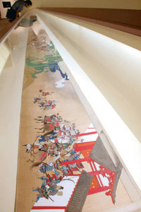 石山寺の信仰の歴史を鮮やかに描いた絵巻=大津市の県立近代美術館で