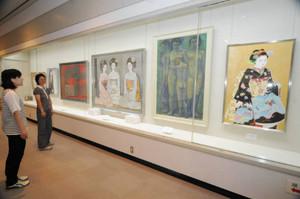 大作が展示された三輪良平回顧展=東近江市五個荘の近江商人博物館で
