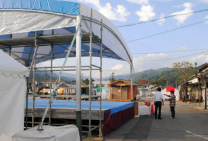 ステージやテントが設営され準備が進む会場=郡上市白鳥町の美濃白鳥駅前で