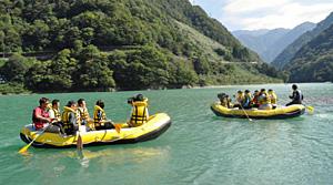 うなづき湖であったボートクルーズの試乗会=黒部市宇奈月温泉で