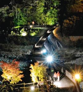 ライトに照らし出される紅葉と砂防えん堤=高山市奥飛騨温泉郷の新穂高温泉地獄平砂防えん堤で
