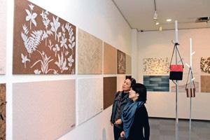 趣向を凝らした手すき和紙が展示されている会場=県立伝統産業工芸館で