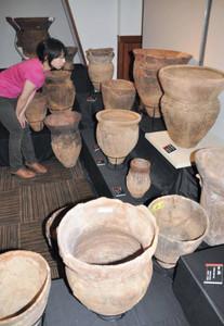 伊那市内で発掘された縄文時代の土器=伊那市荒井の市創造館で