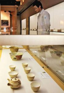 地元で作られていた「天神萬古」の急須や茶わん=朝日町歴史博物館で