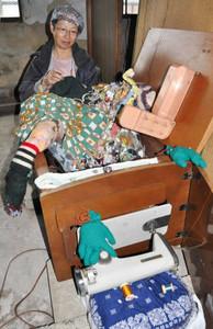 アートイベントに向け、人形を作るハラミイシさん=彦根市銀座町の銀座芝居小屋ビルで
