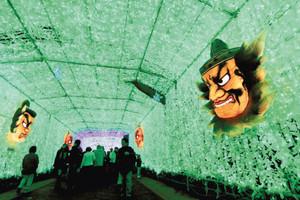 青森ねぶたの灯籠も登場した光のトンネル=御殿場市神山の時之栖で