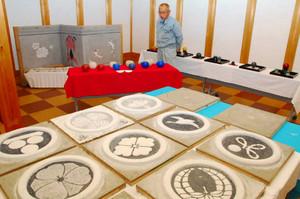左官の技術を生かした紋章などの作品が並ぶ会場=飛騨市古川町で