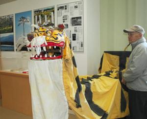 がれきの中から見つかった虎舞の頭などを展示する会場=大府市横根町の横根公民館で