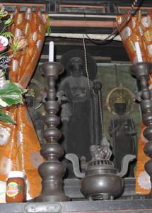 57年ぶりに春日厨子(国宝)を開帳、一般公開された秘仏の子安地蔵尊(中)=湖南市東寺の長寿寺で