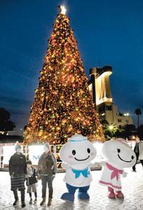 ポータン(中央)とミータンも加わり、点灯されたクリスマスツリーのイルミネーション=名古屋港ガーデンふ頭で