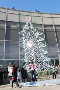 CDやDVDで作られたツリー=東郷町イーストプラザいこまい館で